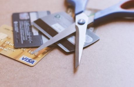 לגזור או לא לגזור את כרטיס האשראי – דילמה כלכלית